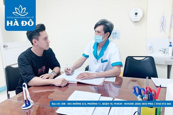 Các nhân viên y tế tại phòng khám sẽ hướng dẫn bệnh nhân đăng ký thăm khám.